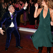 NLD/Amsterdam/20051128 - Uitreiking Beau Monde Awards 2005, Ronald Kolk en Judith Wiersma op de dansvloer