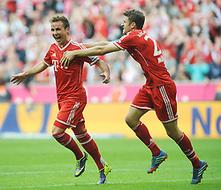 26.10.2013, Allianz Arena, Muenchen, GER, 1. FBL, FC Bayern Muenchen vs Hertha BSC Berlin, 10. Runde, im Bild Freude bei Mario Goetze (FC Bayern Muenchen) nach seinem Tor zum 3:1: Rechts kommt Thomas Mueller (FC Bayern Muenchen) zum gratulieren Links Per Ciljan Skjelbred (Hertha BSC) // during the German Bundesliga 10th round match between FC Bayern Munich and Hertha BSC Berlin at the Allianz Arena in Muenchen, Germany on 2013/10/26. EXPA Pictures © 2013, PhotoCredit: EXPA/ Eibner-Pressefoto/ Stuetzle<br /> <br /> *****ATTENTION - OUT of GER*****