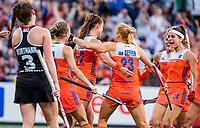 AMSTELVEEN - Lidewij Welten (Ned) (midden) heeft de stand op 2-1 gebracht    tijdens de halve finale  Nederland-Duitsland (2-1) van de Pro League hockeywedstrijd dames.  rechts Eva de Goede (Ned). COPYRIGHT  KOEN SUYK