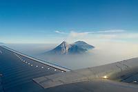 Indonesie. Île de Java. Volcan Merapi (2914m) depuis un avon de ligne. // Indonesia. Java island. Merapi volcano (2914m) from a plane.