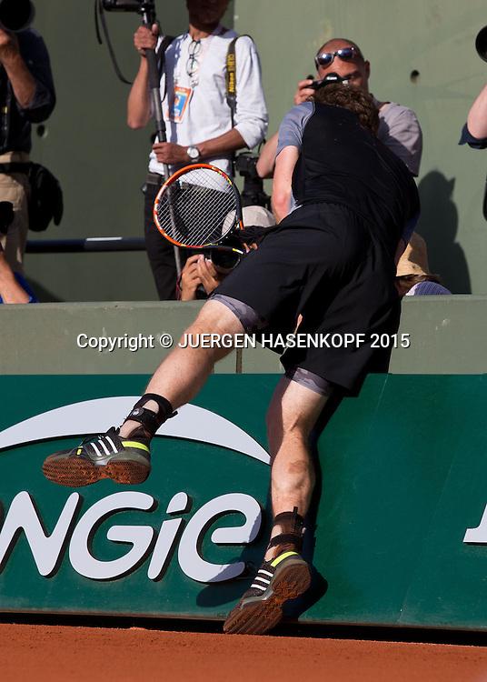 Andy Murray (GBR) l&auml;uft in die Seitenbande,Unfall,<br /> <br /> Tennis - French Open 2015 - Grand Slam ITF / ATP / WTA -  Roland Garros - Paris -  - France  - 3 June 2015.