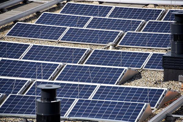 Nederland, The Netherlands, Nijmegen, 1-5-2018Op het dak van een nieuw appartementengebouw, liggen zonnepanelen zonlicht om te zetten naar elektriciteit voor gebruik in het huishouden. FOTO: FLIP FRANSSEN