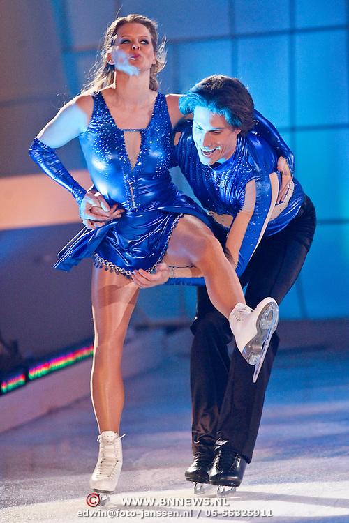 NLD/Hilversum/20110204 - 2e Liveshow Sterren Dansen op het IJs 2011, Babette van Veen en schaatspartner Gabriel Leel