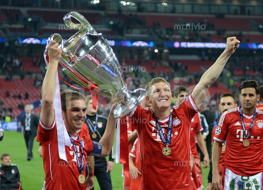FUSSBALL  CHAMPIONS LEAGUE  SAISON 2012/2013  FINALE  Borussia Dortmund - FC Bayern Muenchen         25.05.2013 Champions League Sieger 2013 FC Bayern Muenchen: Philipp Lahm (li) und Bastian Schweinsteiger (re)