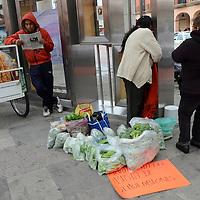 Toluca, México.- Comerciantes de diversas asociaciones de Toluca, se plantaron en la Plaza González Arratia, para vender sus productos exigiendo al gobierno municipal los deje continuar trabajando en las calles del centro de la ciudad. Agencia MVT / José Hernández