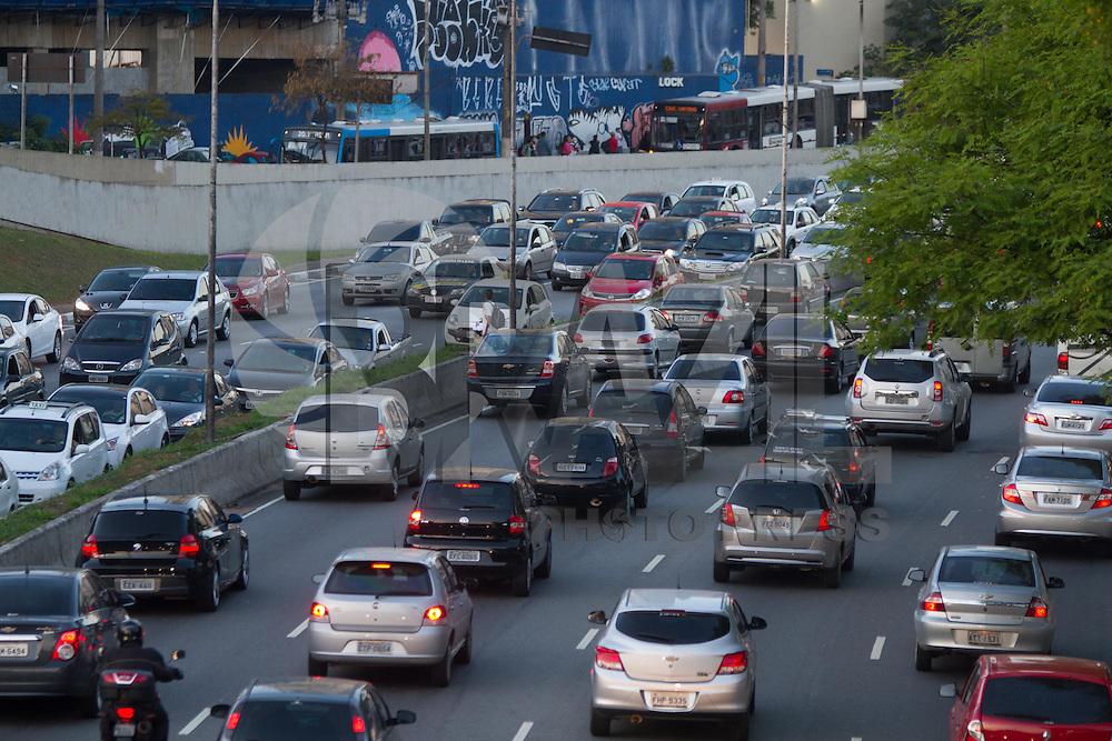 SAO PAULO, SP, 10.10.2013 -  TRANSITO 23 DE MAIO - SÃO PAULO - Corredor norte sul tem transito intenso na região do Parque do Ibirapuera neta tarde de quinta-feira (10). (Foto: Marcelo Brammer / Brazil Photo Press).