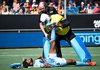 BREDA - Surender Kumar (Ind.) heeft kramp en wordt geholpen door keeper Sreejesh Parattu (Ind.)   tijdens Nederland- India (1-1) bij  de Hockey Champions Trophy. India plaatst zich voor de finale.  scheidsrechter Gareth Greenfield kijkt toe.   COPYRIGHT KOEN SUYK