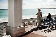 Frankrig valg reportage, En plads i solen på strandpomonaden i Nice.