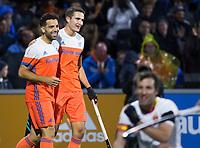 AMSTELVEEN - Valentin Verga (Ned) heeft gescoord met rechts Jonas de Geus. Nederland-Spanje (heren) bij de Rabo EuroHockey Championships 2017.  COPYRIGHT KOEN SUYK