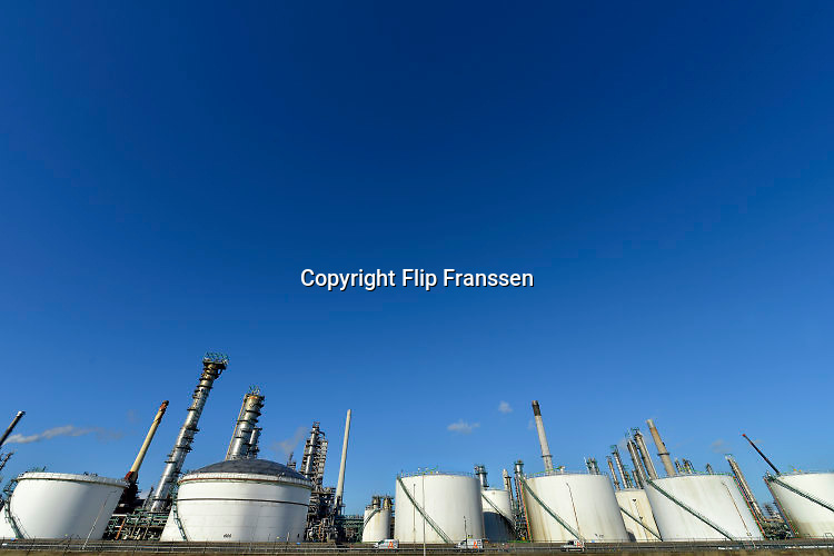 Nederland, Rotterdam, 28-1-2016Raffinaderij, olieverwerkende industrie, een terrein met opslagtanks, tankopslag, voor olie. Rotterdam is in Europa de grootste importhaven en een van de grootste ter wereld voor overslag en raffinage van ruwe olie. De aangevoerde olie wordt voor ongeveer de helft gebruikt door raffinaderijen van Shell, BP, Esso, Exxon Mobil, Kuwait Petroleum, en Koch. De rest wordt per pijpleiding naar Vlissingen, Belgie en Duitsland overgeslagen. Foto: Flip Franssen/HH