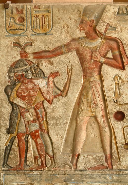 Det egyptiske museum. Midan at-Tahrir heter museet pegyptisk. Bildet viser en konge som har tatt fanger av tre forskjellige raser.