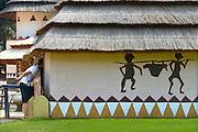 Nederland, Berg en Dal, 23-7-2016Bezoekers bezig met activiteiten in het Afrikamuseum .Nationaal Museum van Wereldculturen. Het Afrika Museum in Berg en Dal, Gelderland, is geheel gewijd aan kunst uit en culturen van het continent Afrika. Er is aandacht voor Afrikaanse architectuur, Afrikaanse visies op kunst en schoonheid, hedendaagse Afrikaanse kunst en religie en samenleving. Wat nu een rijke, goed gedocumenteerde collectie voorwerpen uit Afrika is, begon als een bescheiden, maar waardevolle particuliere verzameling van de missionarissen van de Congregatie van de H. Geest. Minister Bussemaker van Cultuur begeleidde in 2014 de fusie van het Afrika Museum uit Berg en Dal, Rijksmuseum Volkenkunde uit Leiden en Tropenmuseum uit Amsterdam. De drie gaan verder als het Nationaal Museum van Wereldculturen. Foto: Flip FranssenFoto: Flip Franssen