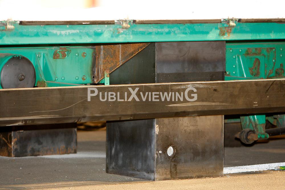 Aktivisten von Greenpeace blockieren die Ausfahrt des Castors vom Gel&auml;nde der Umladestation in Dannenberg mit einem umgebauten Bierlaster. Im Inneren befinden sich vier Menschen, die in speziellen Vorrichtungen mit dem Lastwagen verbunden sind. Der Lastwagen selbst ist mit der Stra&szlig;e fest verbunden. <br /> <br /> Ort: Dannenberg<br /> Copyright: Andreas Conradt<br /> Quelle: PubliXviewinG