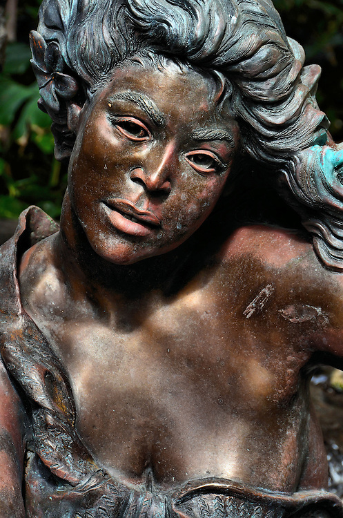 Tapa Making Statue in Honolulu, O&rsquo;ahu, Hawaii<br />