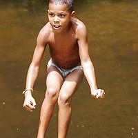 Niño del pueblo de Chuao jugando en el rio, Edo. Aragua, Venezuela