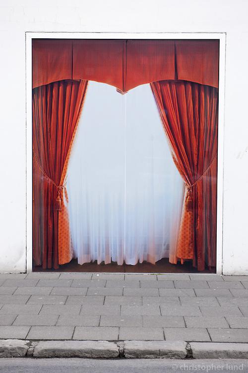 Verk David Byrne - Inside Out, ljósmyndir í gluggum Hafnarhúss Listasafns Reykjavíkur (12.-19. maí 2010).