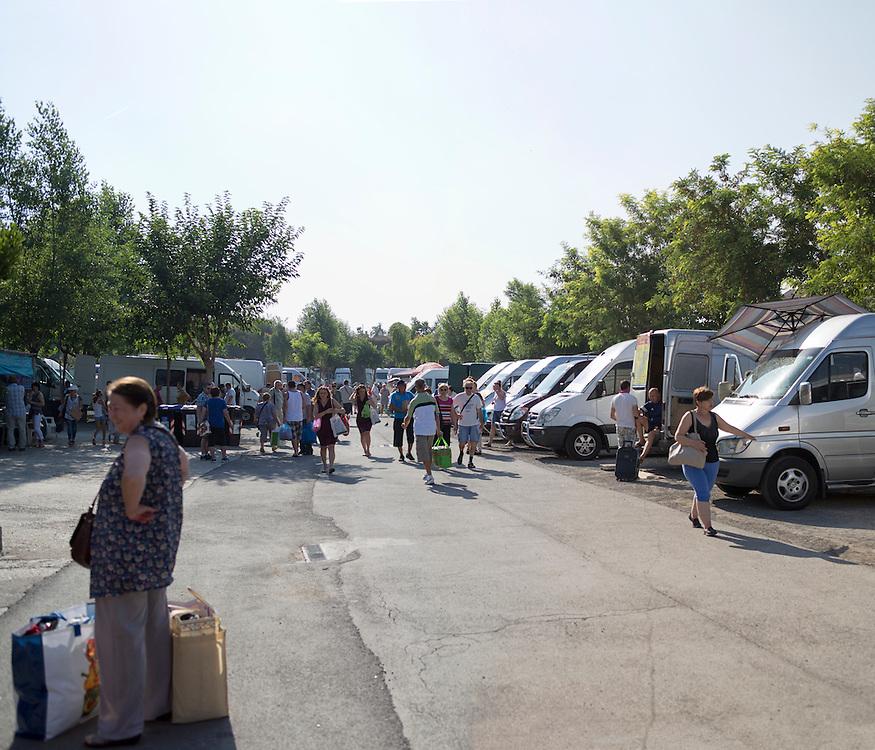 Mercato Ponte Mammolo. Ogni domenica centinaia di pulmini stipati di pacchi pronti a partire.<br /> <br /> Market Ponte Mammolo . Every Sunday hundreds of buses crammed with packages ready to go .