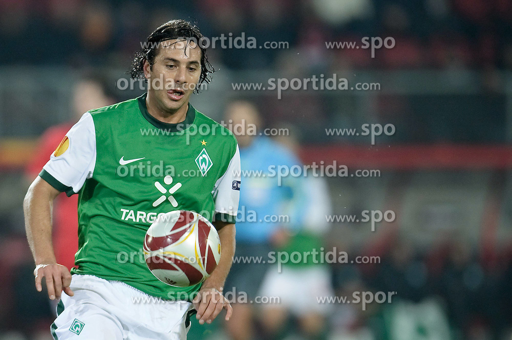 18.02.2010, Stadion De Grolsch Veste, Enschede, NED, UEFA EL, FC Twente Enschede vs Werder Bremen, im Bild Claudio Pizarro ( Werder  #24 ), EXPA Pictures © 2010 for Austria only, Photographer EXPA / NPH / Kokenge / for Slovenia SPORTIDA PHOTO AGENCY.