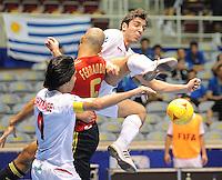 Fussball  International  FIFA  FUTSAL WM 2008   01.10.2008 Vorrunde Gruppe D Spain - Iran Spanien- Iran Dreikampf zwischen Vahid SHAMSAEE (IRN), FERNANDO (ESP) und Mohammad TAHERI (IRN), von links
