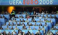 FUSSBALL EUROPAMEISTERSCHAFT 2008  Holland - Italien    09.06.2008 Medientribuene mit Euro Schriftzug