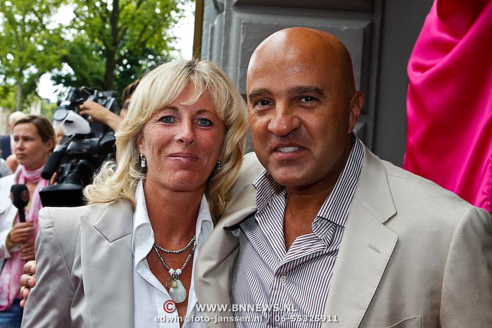 NLD/Amsterdam/20100801 - Inloop premiere musical Crazy Shopping, John van den Heuvel en partner Mariette van Schie