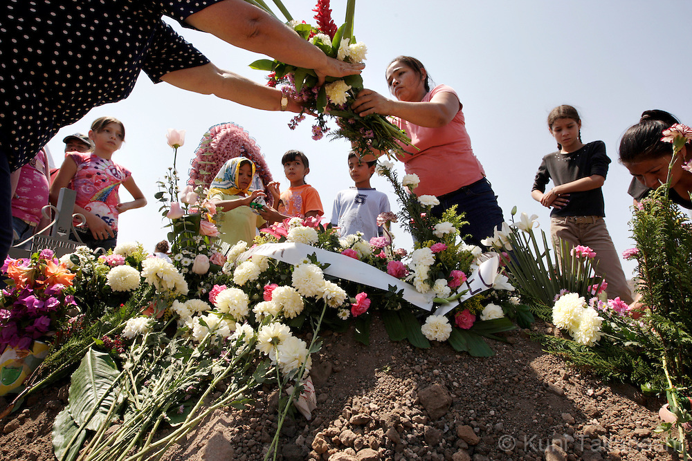 Family members of Mariana de la Torre, 29, lay flowers on Mariana's grave during a funeral in Apatzingan, Mexico on April 8, 2009. (Photo by Kuni Takahashi)