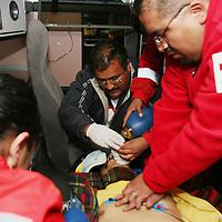 Toluca, Mex.- Paramedicos de la Cruz Roja dan maniobras de resucitacion a un hombre que fuera arrollado en la colonia Moderna. Agencia MVT / Mario Vazquez de la Torre. (DIGITAL)<br /> <br /> <br /> <br /> <br /> <br /> <br /> <br /> NO ARCHIVAR - NO ARCHIVE