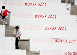31-08-2007 ATLETIEK: IAAF WORLD CHAMPIONSHIPS: OSAKA JAPAN<br /> Toeschouwers publiek hitte leegte Osaka Nagai Stadium atletiek item stadion vlag japan<br /> ©2007-WWW.FOTOHOOGENDOORN.NL
