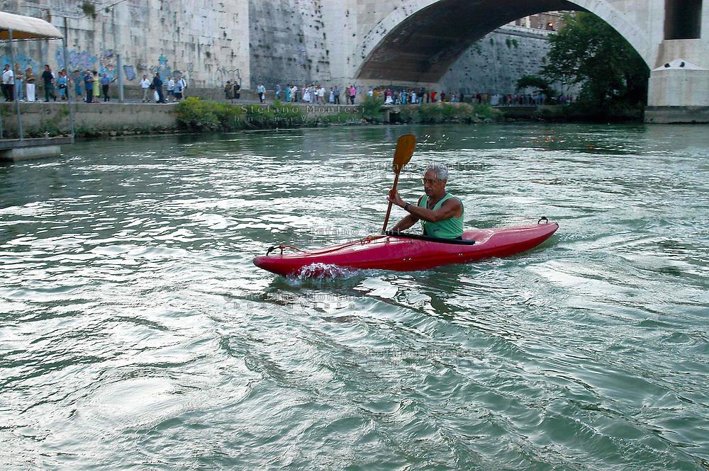 Roma  24 Luglio  2005 .In Canoa sul Tevere