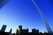 Image of the Gateway Arch and downtown skyline in St. Louis, Missouri, American Midwest