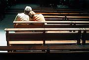 Nederland, Nijmegen,10-09- 2000Ouder echtpaar vindt steun bij elkaar in kerkBezinning, rouw, troost, rustFoto: Flip Franssen