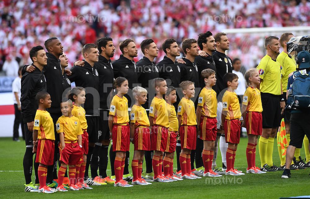 FUSSBALL EURO 2016 GRUPPE C IN PARIS Deutschland - Polen    16.06.2016 Die Deutsche Nationalmannschaft beim absingen der Hymne.