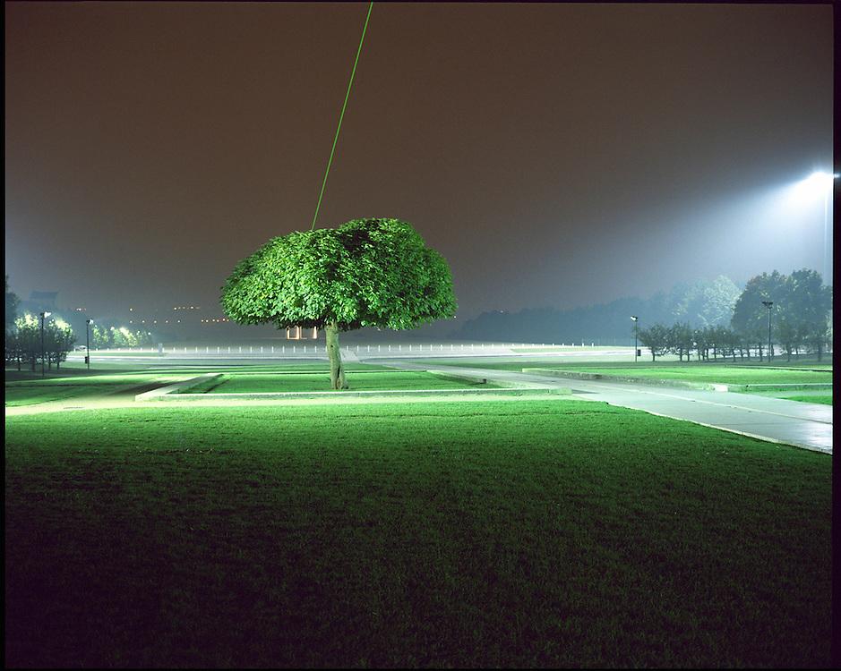 lumieres ! un essai photographique sur la pollution lumineuse. Èclairage nocturne, Cergy Pontoise, Val d'Oise (95).  parc des Impressionnistes, l'axe majeur (rayon vert reliant Cergy-Pontoise a Paris), sculpture lumineuse de l'artiste Dani Karavan.  Octobre 2005.