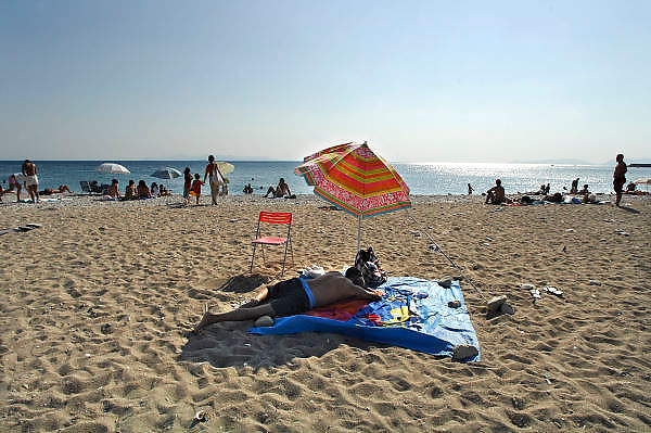 Griekenland, Athene, 5-7-2008Zon, zee, strand,zonnebaden,zwemmen,luieren,vakantie,pensioen,kanker,huidkankerSun,sea,beach,sunbathing,cancer,skin,skincancer,pension,retirement,relaxingFoto: Flip Franssen