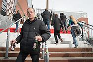 hm entgeht keine Flasche: Mit seinen 1,90 Meter überblickt der ehemalige Profitorwart Hristo den TRUBEL vor dem Stadion mühelos.