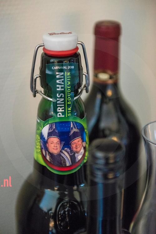 """Nederland,   Oldenzaal  02feb2018 De Prins wordt met cadeaus overspoeld. - Han van Benthem, in het dagelijks leven Makelaar in Oldenzaal,  is dit jaar Stadsprins van Oldenzaal voor Carnavalsvereniging """"De Kadolstermennekes"""" . Hier thuis (met zijn vrouw Cindy) en op zijn werk gevolgd in aanloop naar het grote feest. Vandaag 02feb vindt er 's avonds  het' Boeskool of the Proms' plaats in Dans- en Partycentrum Rouwhorst.        Fotografie: Cees Elzenga/hetoog.nl  CE20180202 Editie: Alle"""