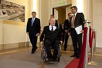 04 MAY 2010, BERLIN/GERMANY:<br /> Josef Ackermann (L), Vorstandsvorsitzender Deutsche Bank AG, Wolfgang Schaeuble (M), CDU, Bundesfinanzminister, und Wolfgang Kirsch (verdeckt hinter Schaeuble), Vorstandsvorsitzender DZ Bank AG, vor einer Pressekonferenz nach einem Gespraech von Vertretern deutscher Bankinstitute mit Schaeuble zu Stuetzung Griechenlands in der Finanzkrise<br /> IMAGE: 20100504-01-015<br /> KEYWORDS: Wolfgang Schäuble, Staatsbankrott