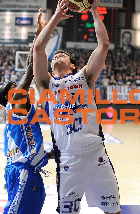 DESCRIZIONE : Cantu' Campionato Lega A 2013-14 Acqua Vitasnella Cantu' Banco di Sardegna Sassari <br /> GIOCATORE : Stefano Gentile <br /> SQUADRA : Acqua Vitasnella Cantu' <br /> EVENTO : Campionato Lega A 2013-14<br /> GARA :  Acqua Vitasnella Cantu' Banco di Sardegna Sassari<br /> DATA : 26/01/2014<br /> CATEGORIA :  Tiro Penetrazione<br /> SPORT : Pallacanestro<br /> AUTORE : Agenzia Ciamillo-Castoria/A.Giberti<br /> Galleria : Campionato Lega Basket A 2013-14<br /> Fotonotizia : Acqua Vitasnella Cantu' Banco di Sardegna Sassari<br /> Predefinita :