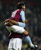 Fotball<br /> Carling Cup England<br /> 03.12.2003<br /> Aston Villa v Crystal Palace<br /> Juan Pablo Angel gratuleres av Dion Dublin etter målet som ga 1-0<br /> Foto: Anders Hoven, Digitalsport