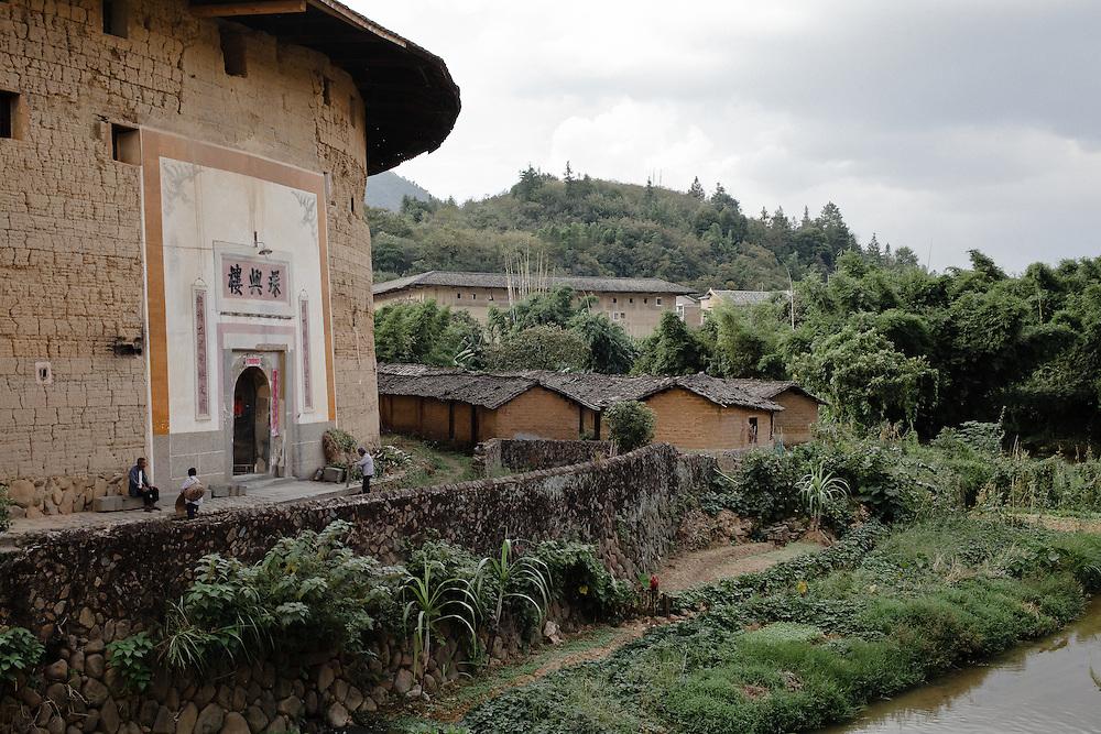 A Yongding, le Tulou du clan Li, l'une des dernières maisons qui du village qui soit encore habitée par des paysans. Mais l'un des membre commence à louer des chambre rustiques pour ceux que le manque d'eau n'effraie pas...