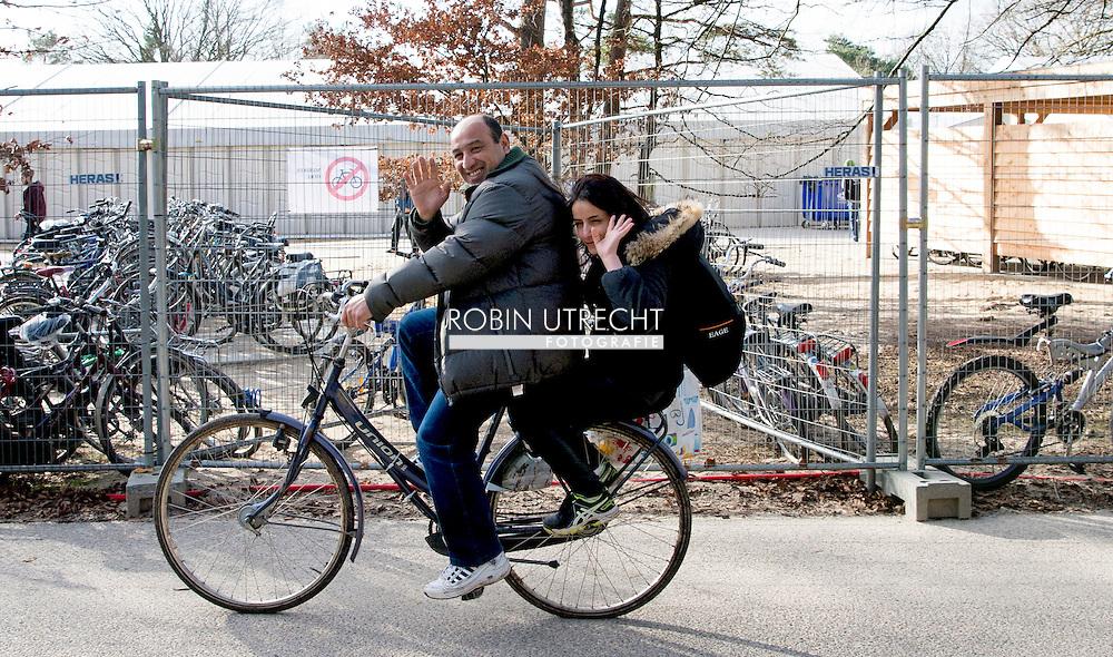 NIJMEGEN - Vluchtelingen houden zich op, wandelen fietsen fiets , bij kamp, tentenkamp Heumensoord, de tijdelijke noodopvang, azc, van het COA  .  Vrijwel alle recente geweldsincidenten in asielzoekerscentra (azc) werden veroorzaakt door een specifieke groep van zogeheten alleenstaande minderjarige vreemdelingen (amv's). Bij de overige asielzoekers komt geweld nauwelijks voor. We hebben allemaal de beelden van grote vluchtelingenstromen die Europa bereiken op ons netvlies staan. Ook in Nederland komen dagelijks honderden vluchtelingen het land binnen. Op Heumensoord worden 3000 vluchtelingen opgevangen. Het gaat om een tijdelijke noodopvanglocatie van het Centraal Orgaan opvang Asielzoekers (COA), tot uiterlijk 1 juni 2016. De verwachting is dat de vluchtelingen vaak een beperkte tijd in de noodopvang zullen verblijven.  COPYRIGHT ROBIN UTRECHT