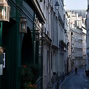 La rue Servandoni est une de ces ruelles étroites typiques du quartier de Saint Germain des Prés