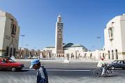 198 / Die Hassan II Moschee in Casablanca: AFRIKA, MAR, MAROKKO, CASABLANCA,  29.09.2010: Die Hassan II. Moschee in Casablanca ist eine der groessten Moscheen der Welt..Ihr Minarett ist mit 210 Metern Hoehe das hoechste Minarett und das hoechste religioese Bauwerk der Welt. Sie wurde anlaesslich des 60. Geburtstags des marokkanischen Koenigs Hassan II. erbaut und 1993 fertiggestellt. - Marco del Pra / imagetrust - Stichworte: Altstadt, arabisch, architektur, Auto, Bauwerk, Casa, Casablanca, Fahrrad, glaeubig, Glaube, Hassan II, Hoehe, Islam, Islamisch, Koenig, Koenigreich, Koenigs Hassan II, Maghreb, maroc, Marokko, Minarett, Model Release:No, mohammed VI, Moschee, Muslim, muslimisch, Property Release:No, religioese Bauwerk, Religion, Strasse, Strassenszene