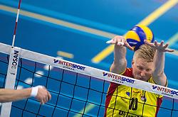 02-04-2016 NED: Draisma Dynamo - Abiant Lycurgus, Apeldoorn<br /> Lycurgus plaatst zich voor de finale door Dynamo met 3-1 te verslaan / Michiel van Dorsten #10 of Dynamo