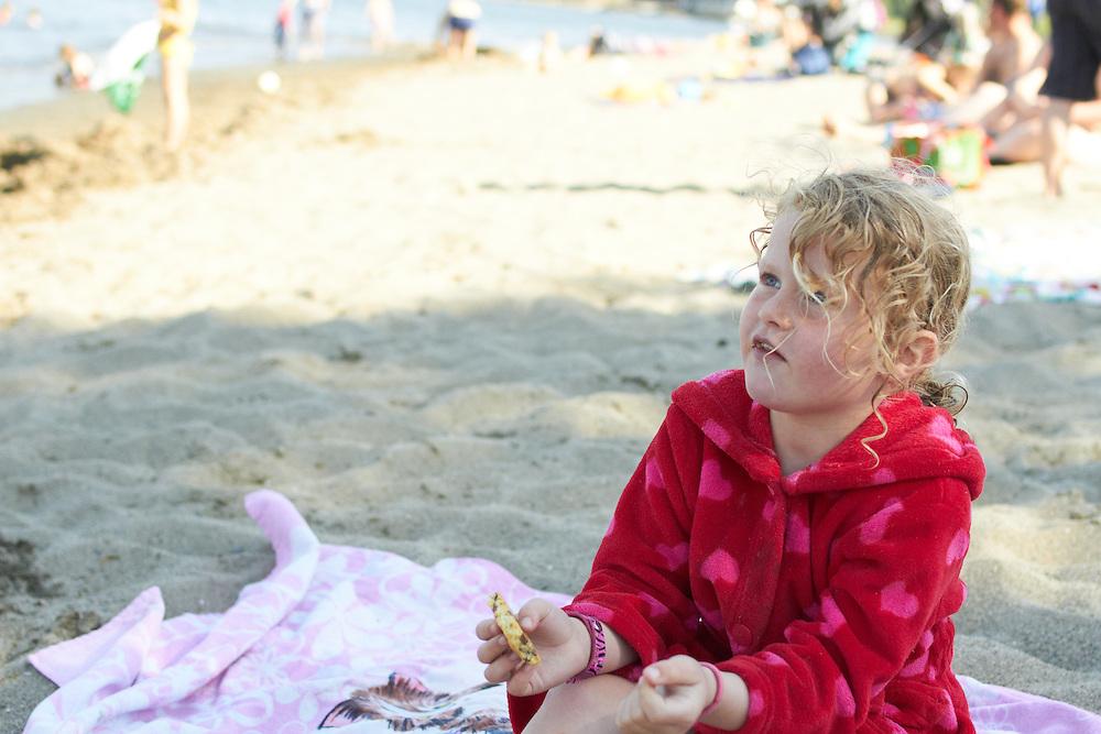 Diverse lek på stranda. Modellklarert
