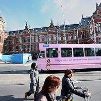 Nederland, Amsterdam , 6 mei 2010..Lijn 4 de roze geverfde tram Giro d'Italia bij het Centraal station..Foto:Jean-Pierre Jans