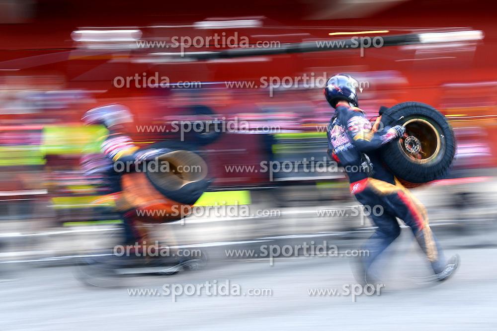 28.02.2015, Circuit de Catalunya, Barcelona, ESP, FIA, Formel 1, Testfahrten, Barcelona, Tag 3, im Bild Scuderia Torro Rosso mechanics pit practice // during the Formula One Testdrives, day three at the Circuit de Catalunya in Barcelona, Spain on 2015/02/28. EXPA Pictures &copy; 2015, PhotoCredit: EXPA/ Sutton Images/ Patrik Lundin Images<br /> <br /> *****ATTENTION - for AUT, SLO, CRO, SRB, BIH, MAZ only*****