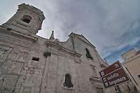 Monopoli  è un comune italiano di 49 558 abitanti della provincia di Bari, in Puglia. Si trova 43 km a sud-est del capoluogo..Tra le città costiere della Puglia, Monopoli rappresenta uno dei porti più attivi e popolosi della regione sull'Adriatico. Il suo caratteristico centro storico di origine alto-medievale, sovrapposto ai resti di un ricco abitato messapico fortificato già nel V secolo a.C., si affaccia sul mare, circondato da alte mura. Monopoli è anche detta la città delle cento contrade. L'agro infatti è diviso in varie località denominate contrade, i cui toponimi rievocano antichi casali scomparsi, la presenza di una masseria, di una chiesa o altri riferimenti storico-geografici. La città di Monopoli sorge a 9 metri s.l.m. lungo il litorale adriatico a 43 km a sud di Bari, nella zona geografica della Terra di Bari. Si estende su una superficie di 156 km² e il suo territorio è costituito da una fascia costiera pianeggiante, denominata marina, che sale velocemente verso le colline murgiane fino a raggiungere un'altitudine massima di 408 metri, sulla zona dei monti Carbonara (contrada Aratico).