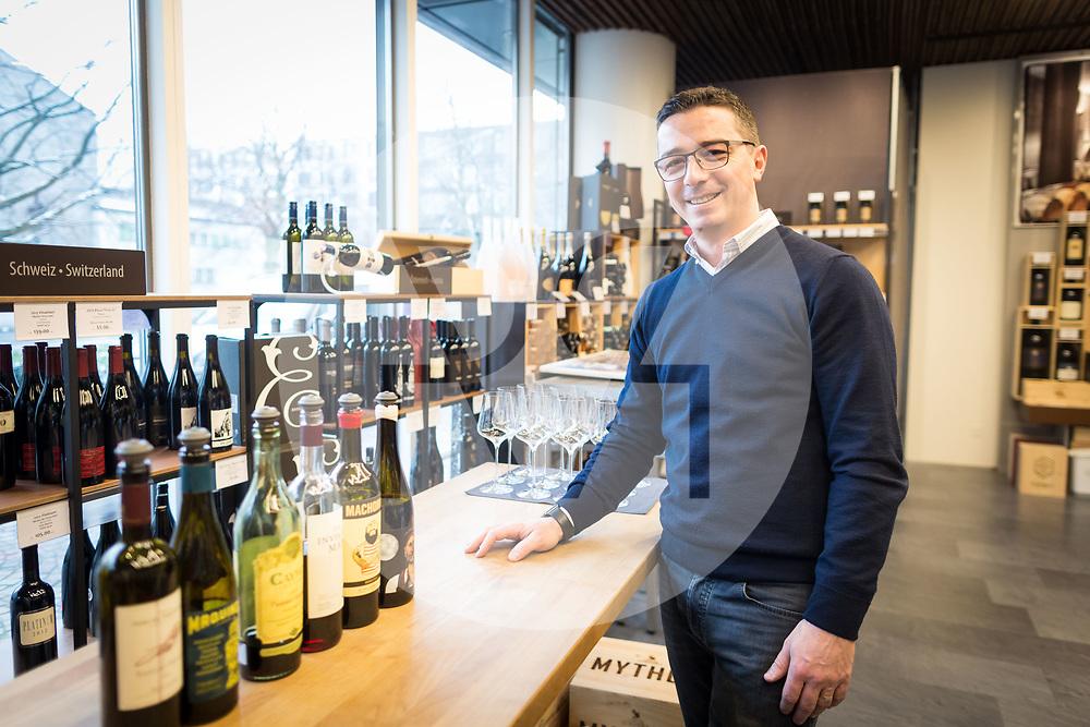 SCHWEIZ - ZUG - Albert Osmani, Besitzer des Weinhandelsgeschäft 'House of Wines', bei ihm kann mit Bitcoin bezahlt werden - 01. März 2018 © Raphael Hünerfauth - http://huenerfauth.ch