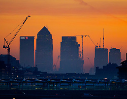 © Licensed to London News Pictures. 19/12/2017. London, UK. The sun rises over a freezing cold London Docklands as parts of the UK are hit by fog and frost with travel disruption expected. Photo credit: Peter Macdiarmid/LNP